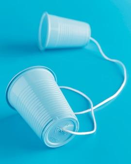 Alto angolo di bicchieri di plastica attaccati con uno spago