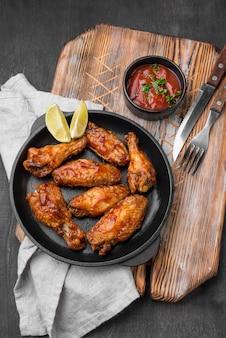 Angolo alto del piatto con pollo fritto e salsa