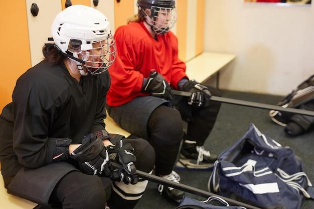 Ritratto di alto angolo di giocatori di hockey femminile nello spogliatoio