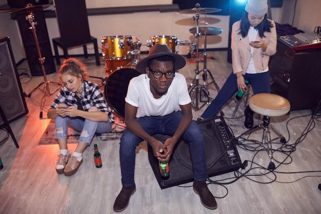 Ritratto di alto angolo oif gruppo multietnico di giovani seduti strumenti rotondi