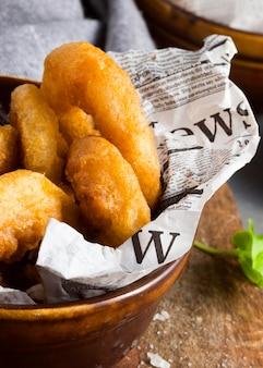 Alto angolo di patatine fritte ad anello nella ciotola