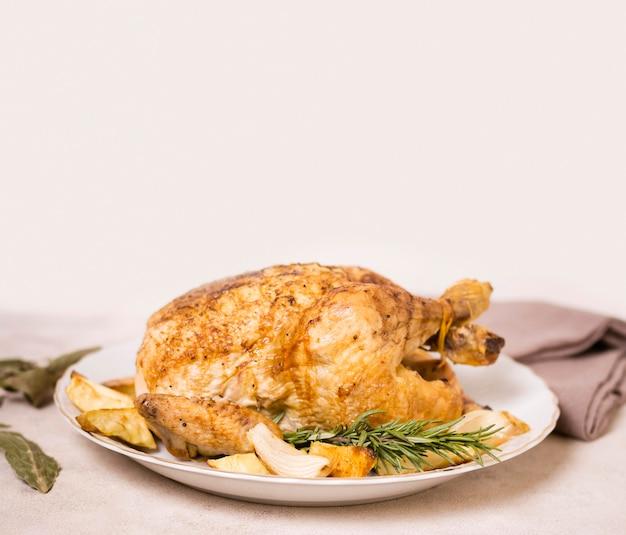 Angolo alto del piatto di pollo arrosto per il ringraziamento con spazio di copia