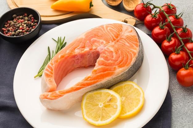 Salmone e limone ad alto angolo sul piatto