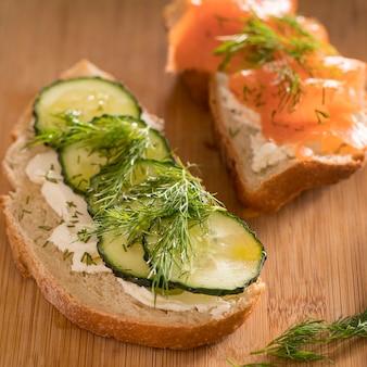 Alto angolo di panini con salmone, cetriolo e aneto