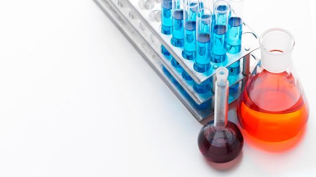 Elementi scientifici ad alto angolo con disposizione di sostanze chimiche con spazio di copia