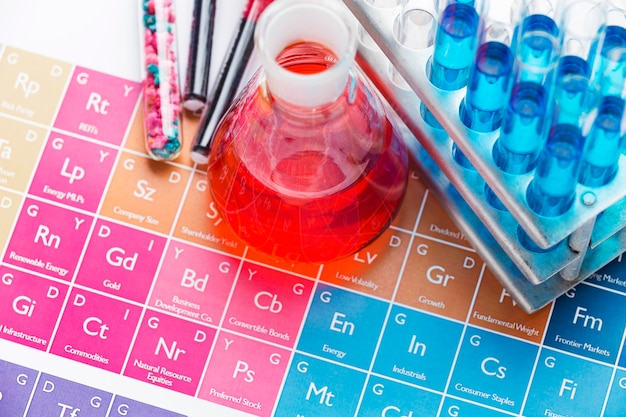 Elementi scientifici ad alto angolo con disposizione di sostanze chimiche