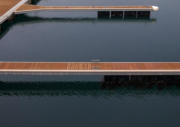 Ripresa ad alto angolo di banchine in legno galleggianti su una superficie d'acqua