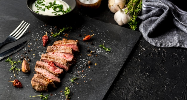 Alto angolo di bistecca con salsa e aglio