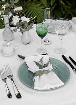 Disposizione del tavolo ad alto angolo con fiori