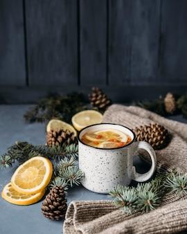 Tè ad alto angolo con limone e olivello spinoso in tazza