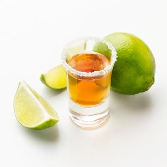 Colpo di tequila ad alto angolo, lime e sale
