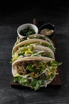 Disposizione di tacos vegetariani ad alto angolo