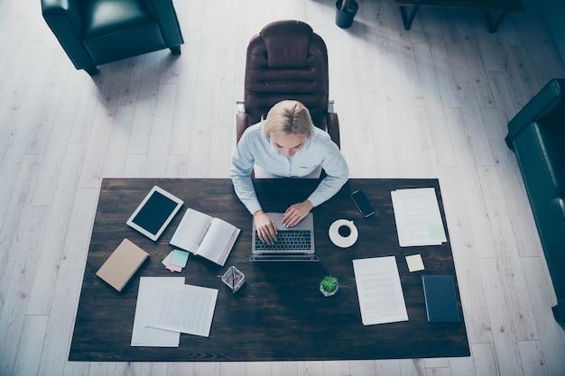 Quaderno da lavoro per donna d'affari con vista dall'alto