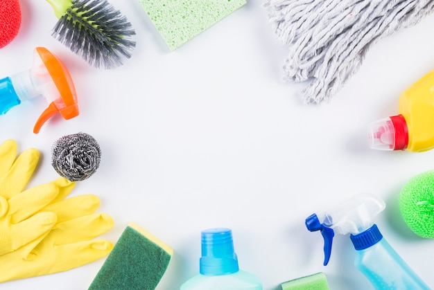 Vista dell'angolo alto dei prodotti di pulizia sulla superficie grigia