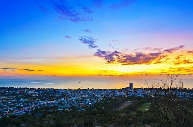 Vista ad alto angolo della città di hua hin all'alba bellissimo paesaggio cittadino sul mare nella provincia di prachuap khiri khan della thailandia.