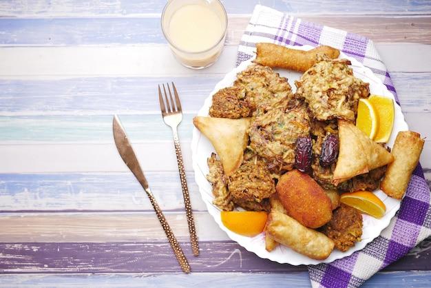Veduta dall'alto di iftar sulla piastra sul tavolo durante il ramadan
