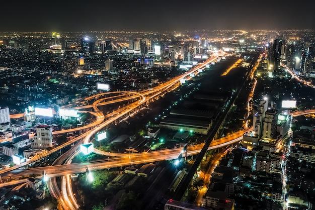 La scena notturna del paesaggio con vista dall'alto del paesaggio urbano vede la lampadina luminosa dell'autostrada, del grattacielo, della strada e dell'orizzonte, edificio residenziale di bangkok, la capitale della thailandia in asia