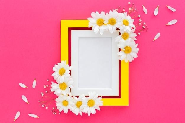 Veduta dall'alto della cornice per foto decorata con fiori bianchi e petali