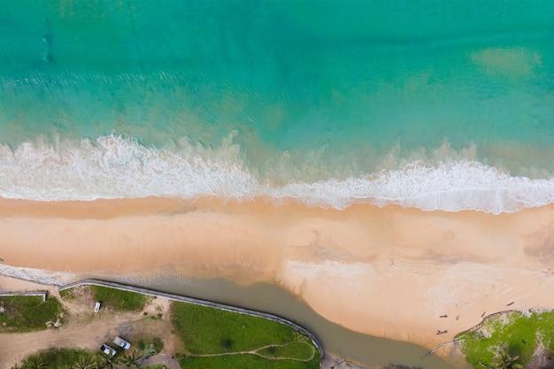 Vista dall'alto vista dall'alto spiaggia di sabbia e acqua di mare