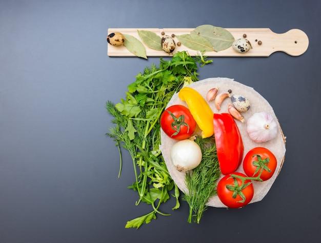 Veduta dall'alto di verdure, pepe, cipolle, pomodori