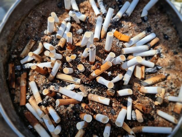 Veduta dall'alto di mozziconi di sigaretta con messa a fuoco selettiva