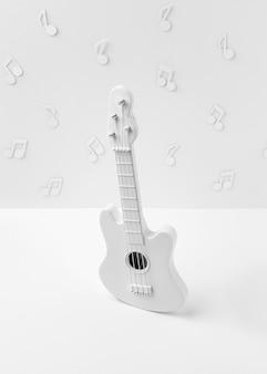 Chitarra bianca ad alto angolo con note musicali
