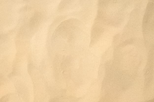 Immagine ad alto dettaglio di sabbia bianca del mare o sabbia silicea per la produzione di vetro sullo sfondo della struttura della spiaggia.