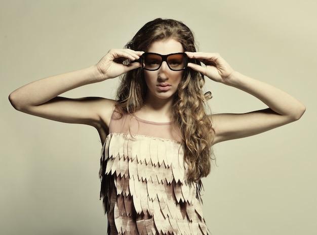 Modello di moda di fascia alta con i capelli ricci