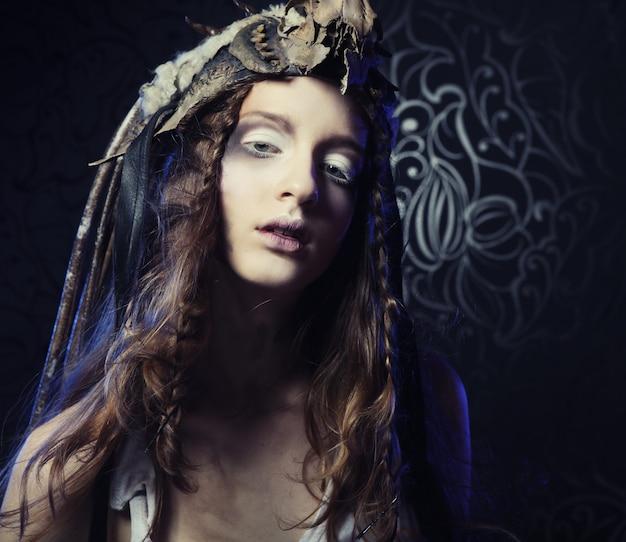 Modello di alta moda con acconciatura creativa e trucco luminoso