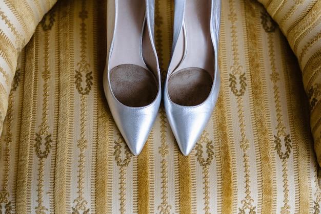 Scarpe con tacchi alti per le donne il giorno del loro matrimonio