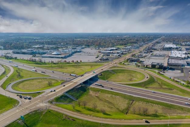 In alto sopra le autostrade, gli incroci delle strade sull'interstatale ti portano su un'autostrada di trasporto veloce a fairview heights, illinois, usa