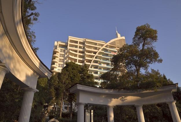 Casa alta a yalta per gli alberi verdi in autunno e la vegetazione subtropicale