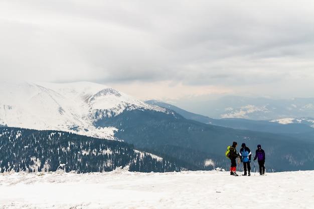 In alta montagna c'è un gruppo di tre persone