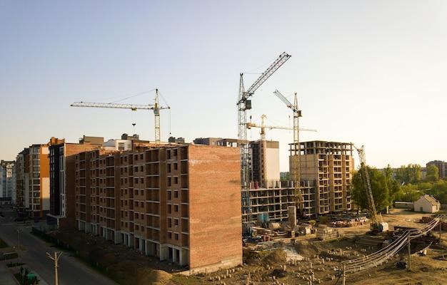 Alti edifici residenziali multipiano in costruzione.
