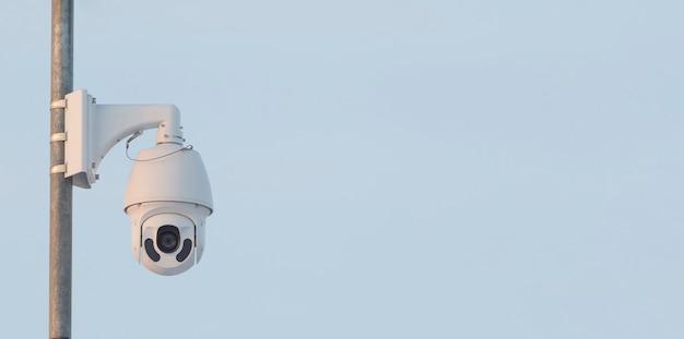Una telecamera di videosorveglianza rotante di alta qualità con visione notturna è installata per garantire la sicurezza del territorio
