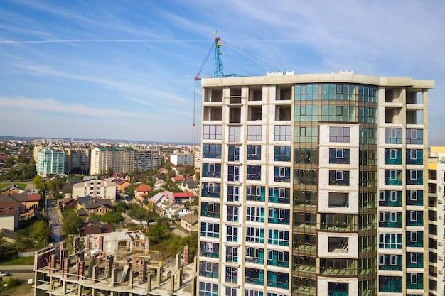 Alto edificio residenziale in costruzione. sviluppo immobiliare.