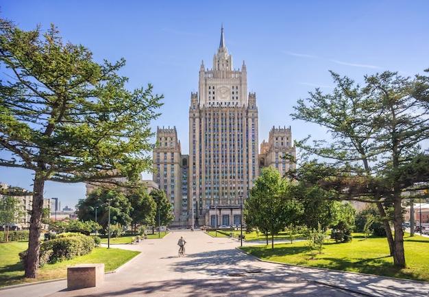 Grattacielo del ministero degli affari esteri a mosca in una mattina di sole estivo
