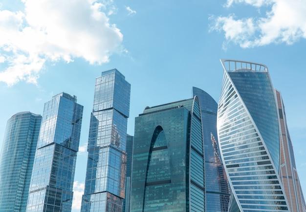 Alti edifici del centro degli affari del distretto di mosca moscowcity contro il giorno sky
