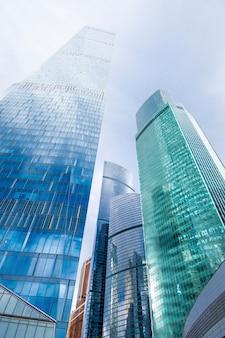 Torri a specchio di grattacielo del centro moderno di affari degli edifici per uffici della città di mosca, russia