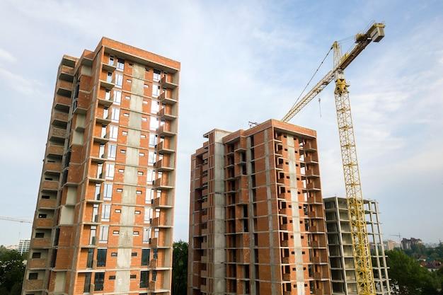 Grattacieli residenziali e gru a torre in fase di sviluppo
