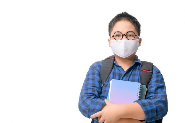 Uno studente del liceo indossa maschera e occhiali che trasportano zaino