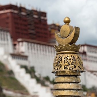 Vista di sezione alta dello stupa con potala palace in background, lhasa, tibet, cina