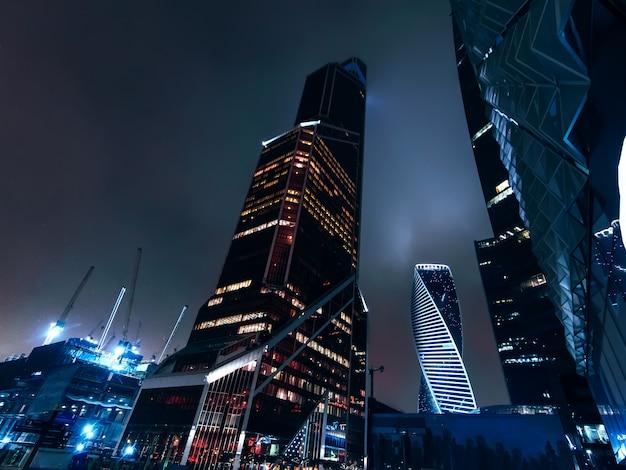 Grattacieli alti della città di mosca sullo sfondo del cielo notturno