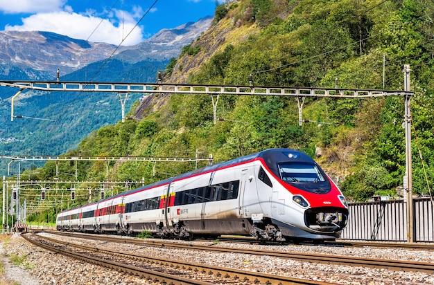Treno ad alta velocità sulla ferrovia del gottardo nelle alpi svizzere
