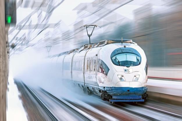 Il treno ad alta velocità viaggia ad alta velocità presso la stazione ferroviaria della città.