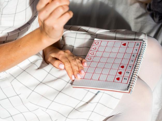 Calendario di periodo di alta vista su un giro femminile