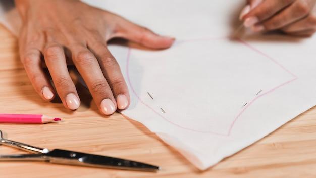 Persona di alta vista che disegna una camicetta
