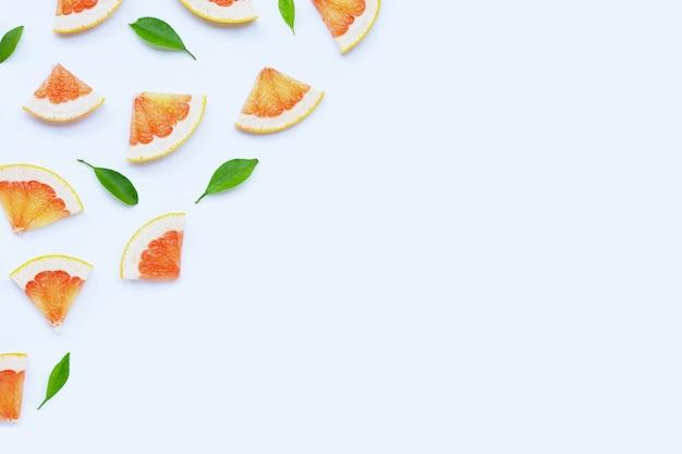 Alta vitamina c. fette di pompelmo succose su sfondo bianco.