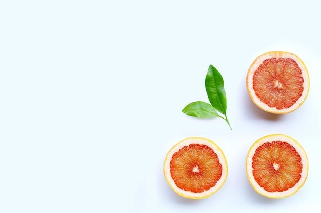 Alta vitamina c. pompelmo succoso su sfondo bianco. vista dall'alto