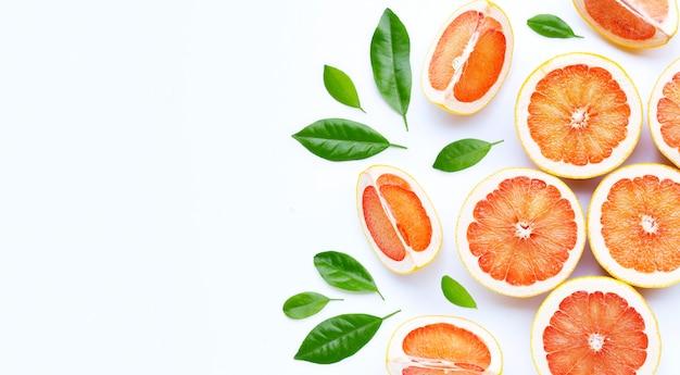 Alta vitamina c. pompelmo succoso su sfondo bianco.